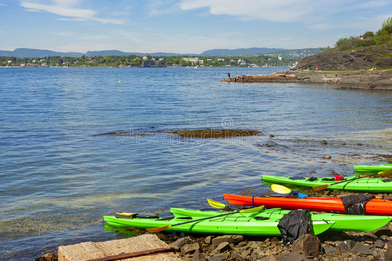Kayak na costa na ilha do hovedoya foto de stock