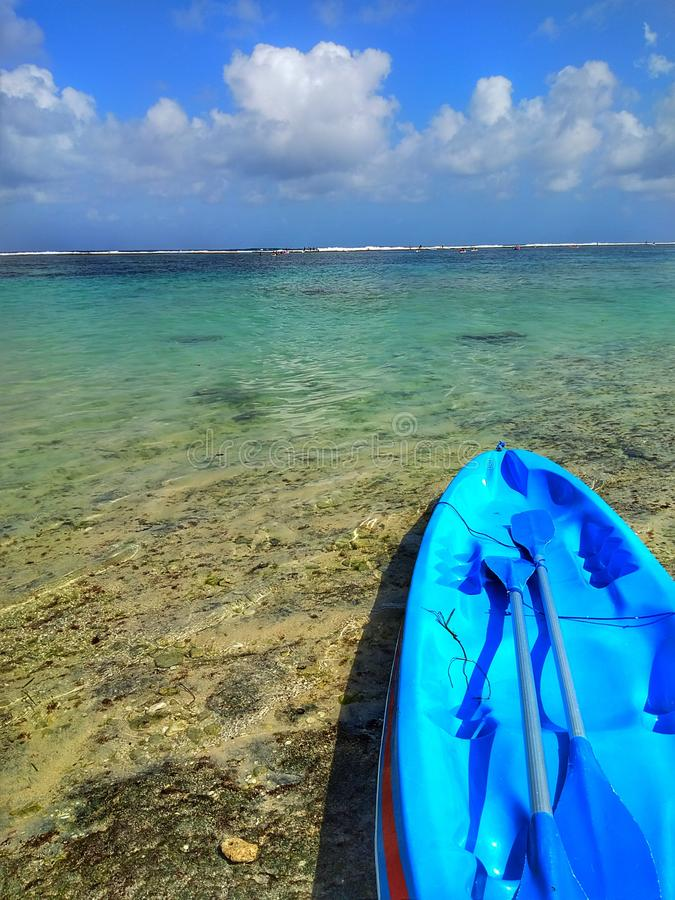 Kayak na praia imagem de stock royalty free