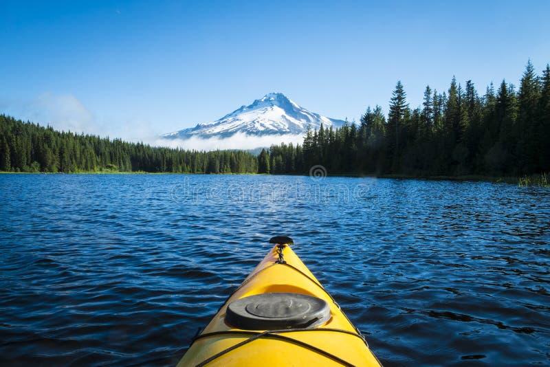 Kayak nel lago della montagna, il cappuccio di Mt., Oregon immagini stock