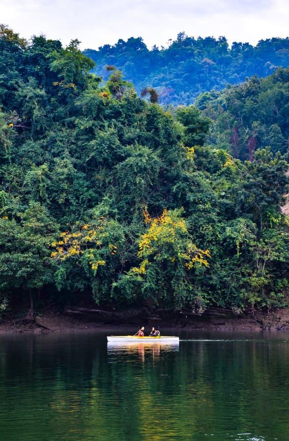 Kayak nel lago Kaptai fotografia stock