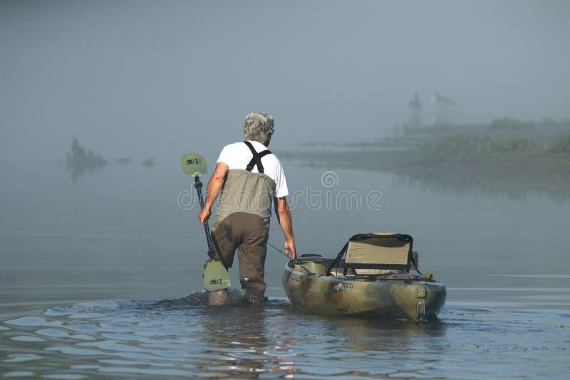Kayak pêchant la rivière de caneyfork images stock