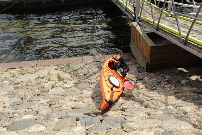 Kayak sur la côte, Neva photo stock