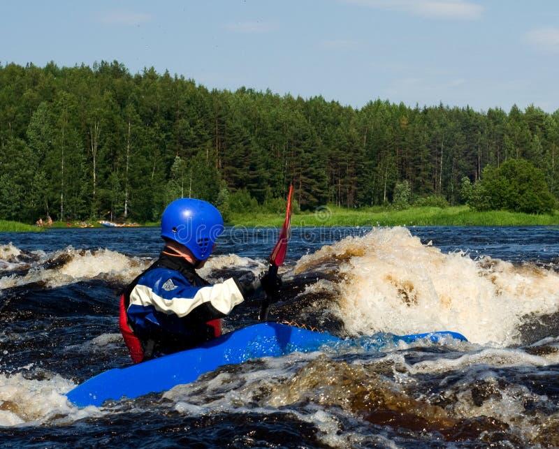 Kayak sur le fleuve image stock