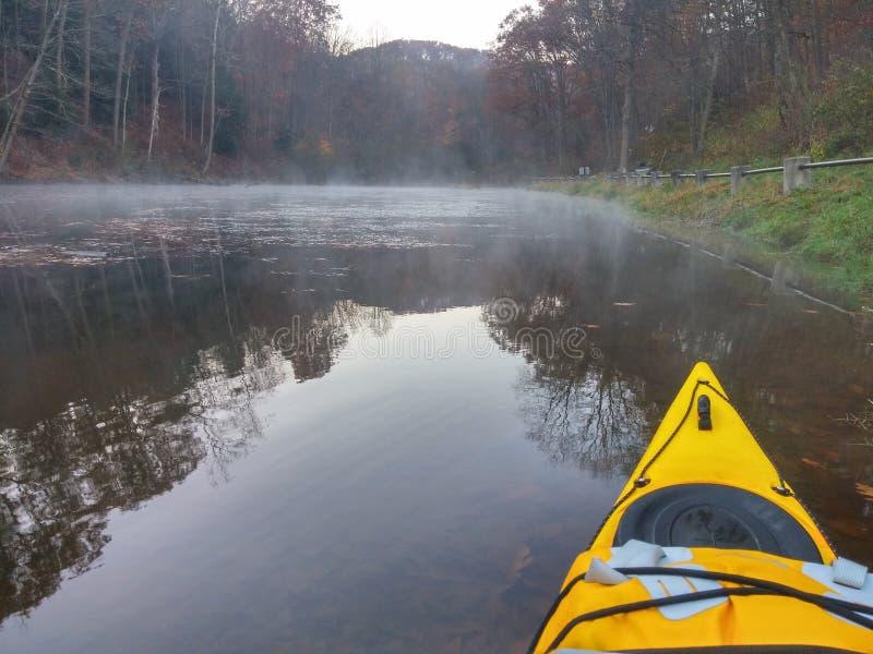 Kayak sur le lac photographie stock