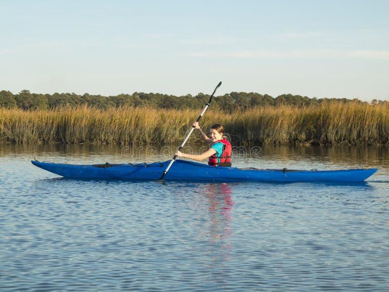 Kayak teenager del mare della ragazza immagini stock libere da diritti