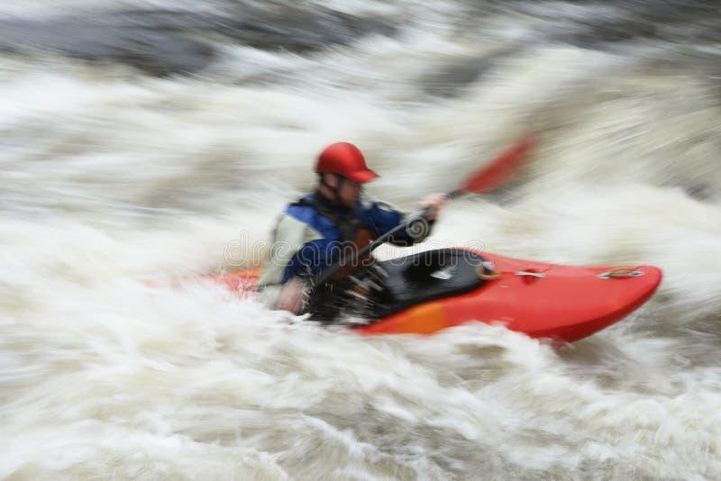 Kayak vago dell'uomo in fiume fotografia stock