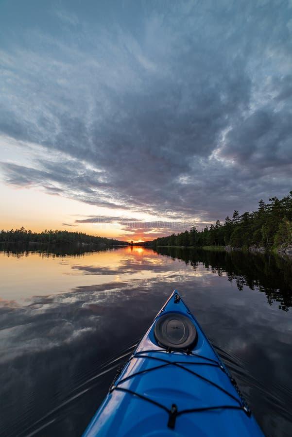 Kayak verso il tramonto fotografia stock