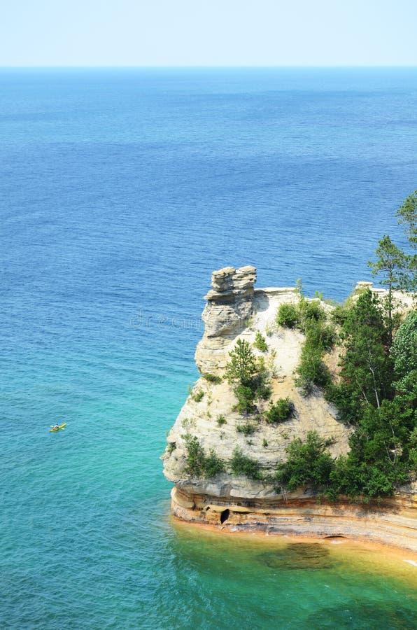 Kayaker κοντά στους ανθρακωρύχους Castle στους απεικονισμένους βράχους στοκ εικόνες