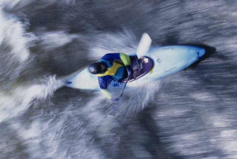 Kayaker που κωπηλατεί μέσω των ορμητικά σημείων ποταμού στοκ φωτογραφίες με δικαίωμα ελεύθερης χρήσης