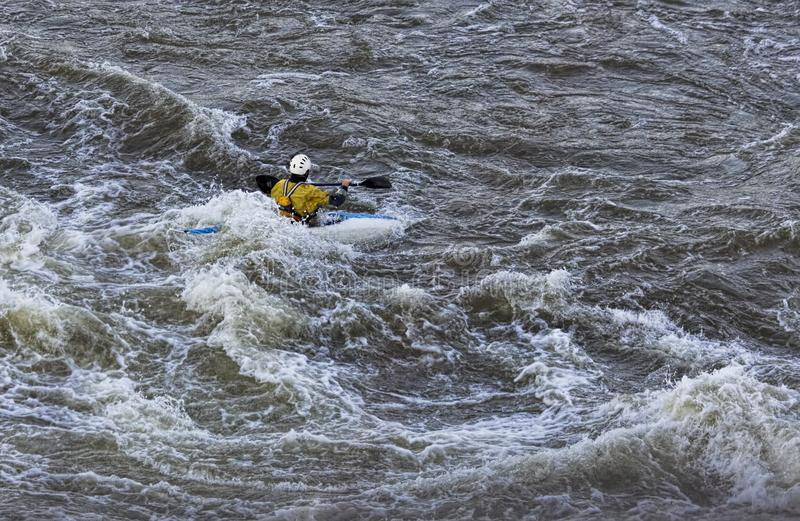 Kayaker που παλεύει τα ορμητικά σημεία ποταμού στις μεγάλες πτώσεις στη Βιρτζίνια στοκ εικόνες με δικαίωμα ελεύθερης χρήσης