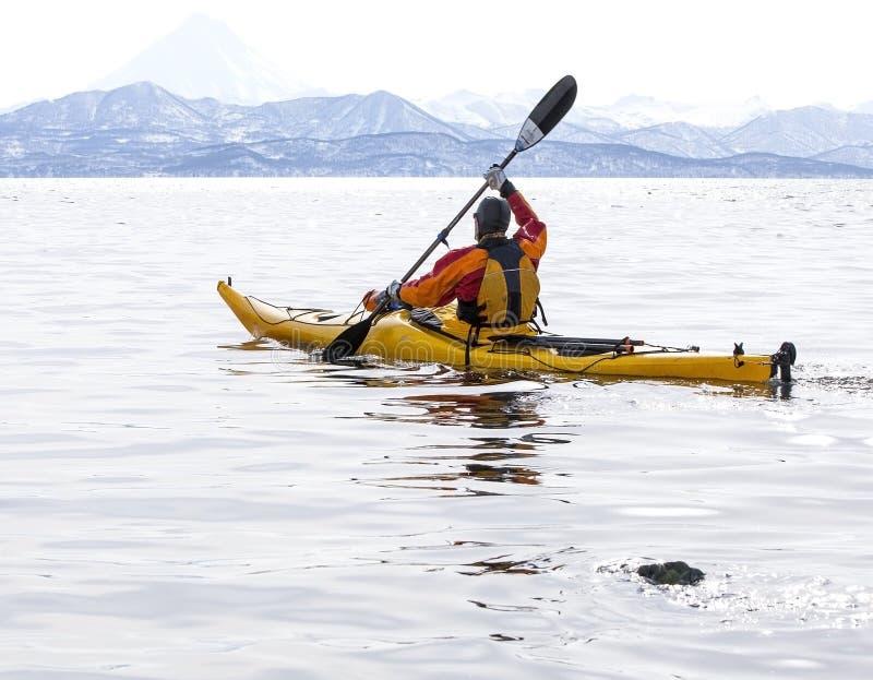Kayaker σε μια βάρκα στην ήρεμη θάλασσα Kamchatka στοκ εικόνα με δικαίωμα ελεύθερης χρήσης