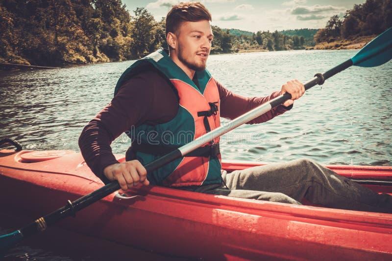 Kayaker σε μια βάρκα στοκ εικόνες με δικαίωμα ελεύθερης χρήσης