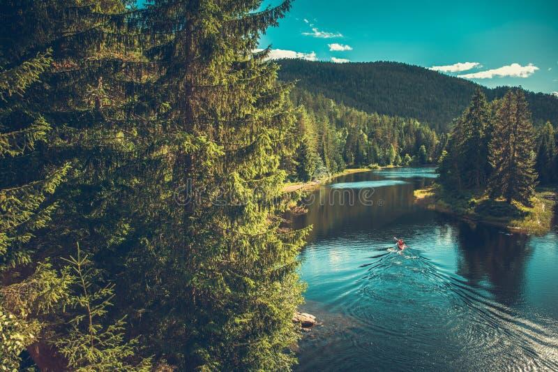 Kayaker στο νορβηγικό ποταμό στοκ εικόνες