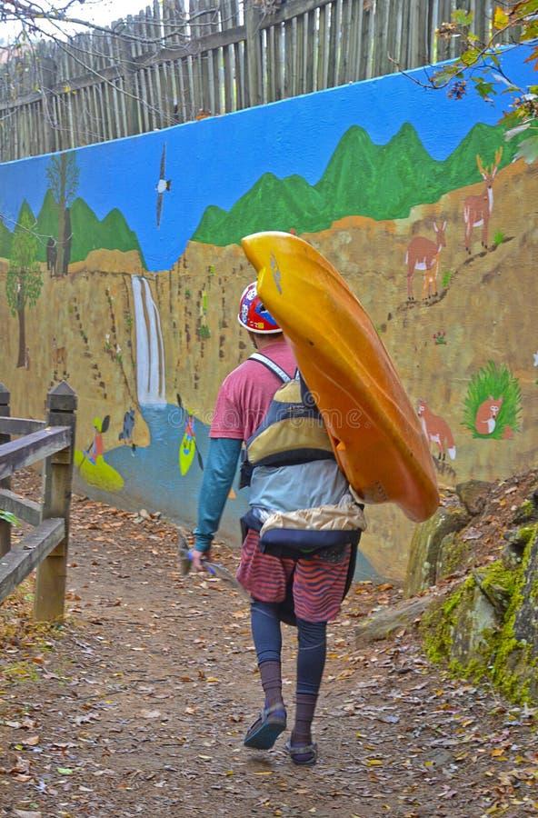 Kayaker на пути на падениях Tallulah стоковое изображение rf