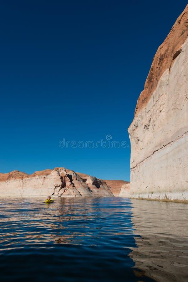 Kayaker полоща спокойные воды озера Пауэлл Юты стоковые фотографии rf