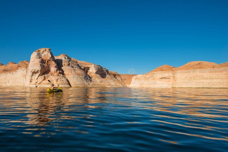 Kayaker полоща спокойные воды озера Пауэлл Юты стоковое фото rf
