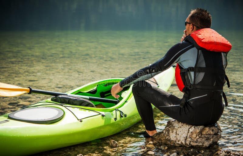 Kayaker путешествия и озеро стоковые изображения rf