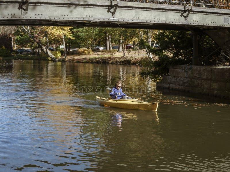 Kayaker au-dessous de passerelle en Roger Williams Park images libres de droits