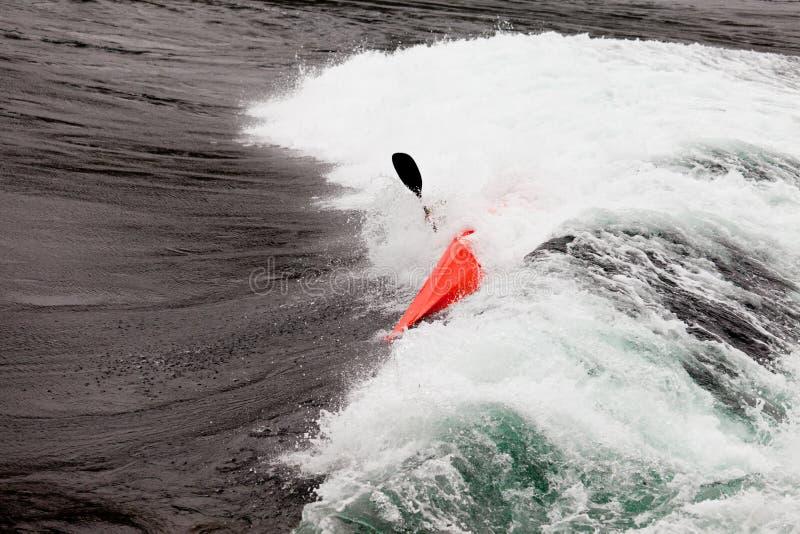 Kayaker в белой воде полоща ломая волны стоковая фотография rf