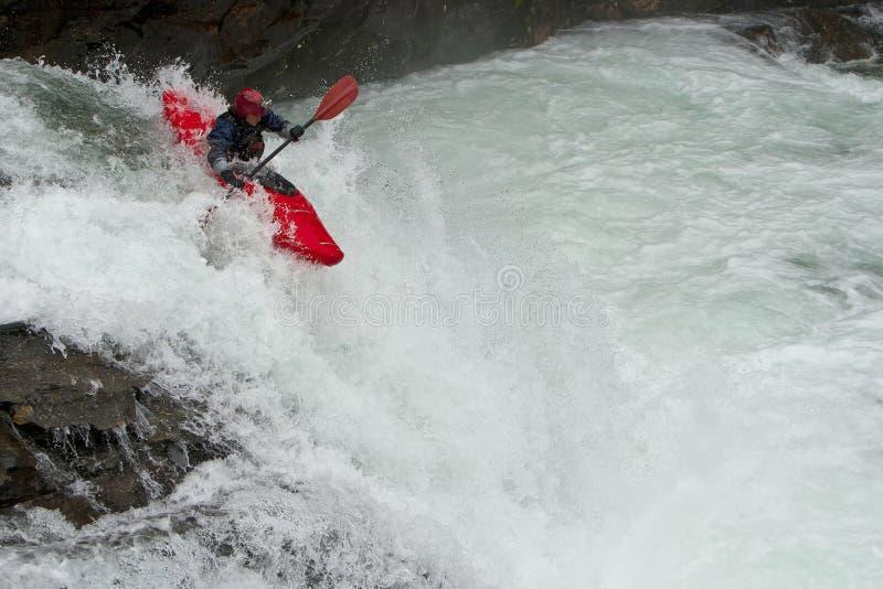 Kayaker dans la cascade à écriture ligne par ligne photographie stock libre de droits