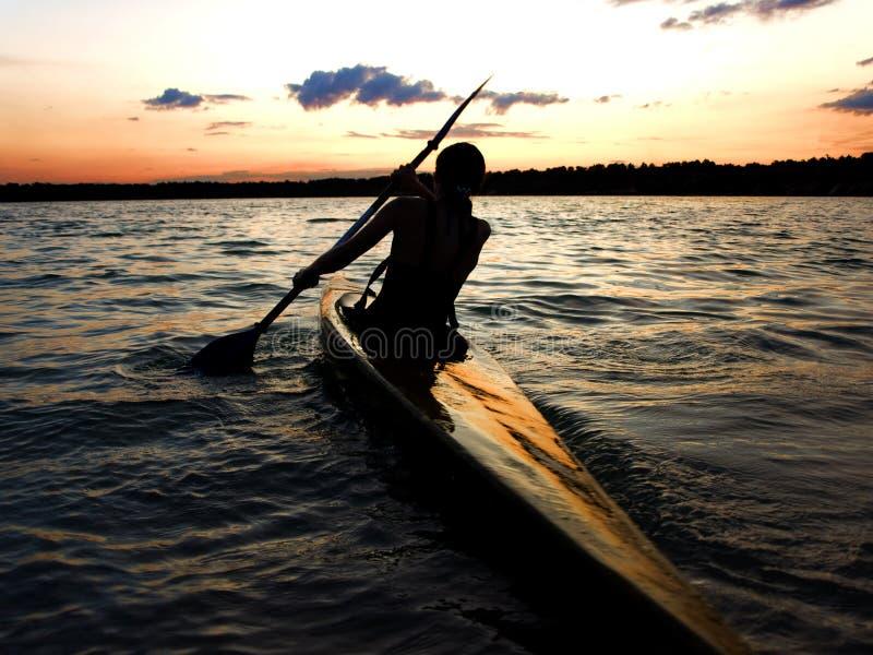 Kayaker de encontro ao por do sol foto de stock royalty free