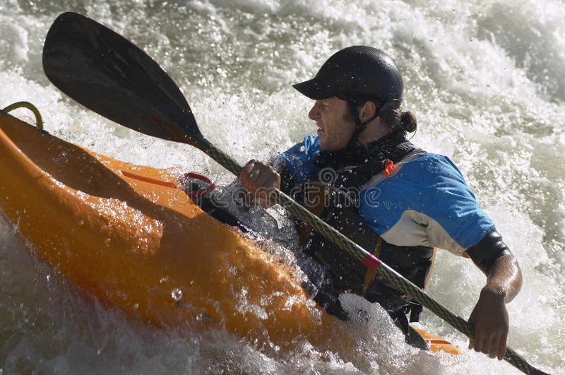 Kayaker de Whitewater fotos de archivo