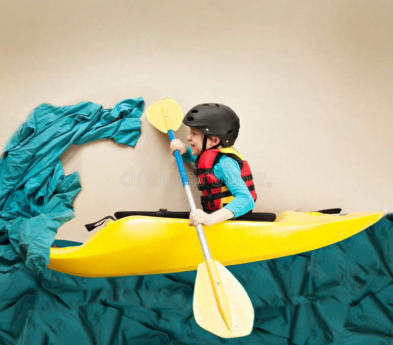 Kayaker de whitewater de la jeunesse photographie stock
