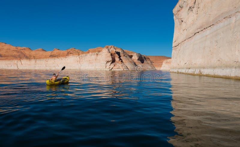 Kayaker, der das ruhige Wasser von See Powell Utah schaufelt stockfoto