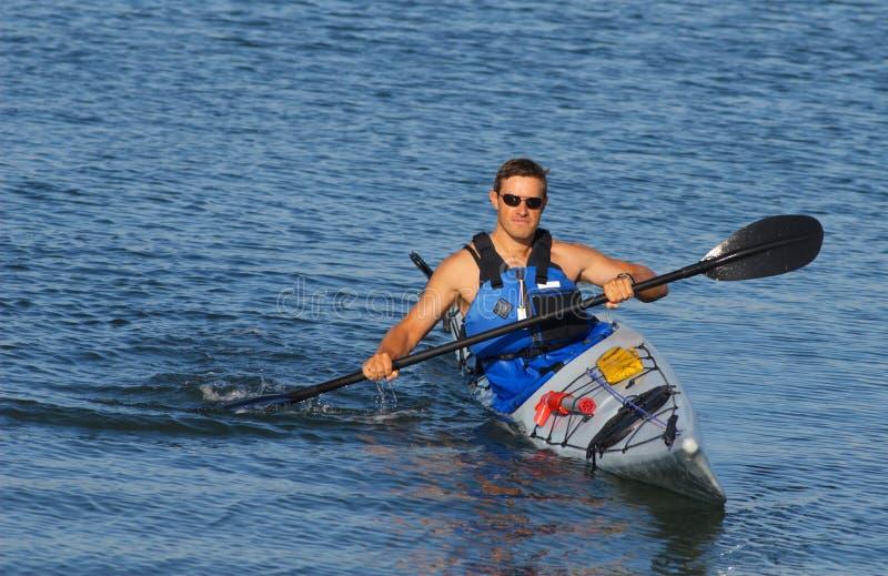 Kayaker, der vorführt lizenzfreie stockfotografie
