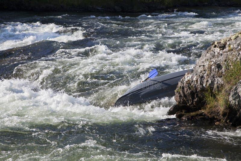 Kayaker die zich in whitewater omkeren stock foto
