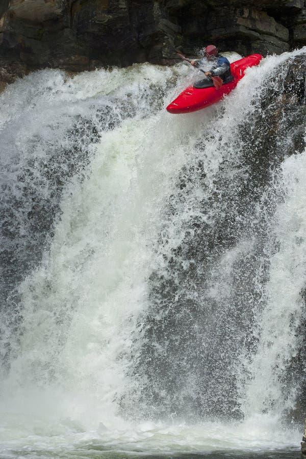 Kayaker en la cascada imagen de archivo