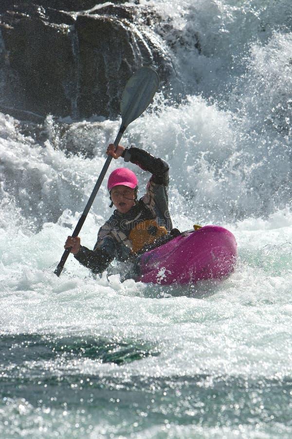 Kayaker en la cascada en Noruega imagenes de archivo