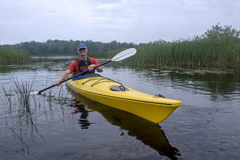 Kayaker in het Provinciale Park van Presqu'ile, Ontario stock foto