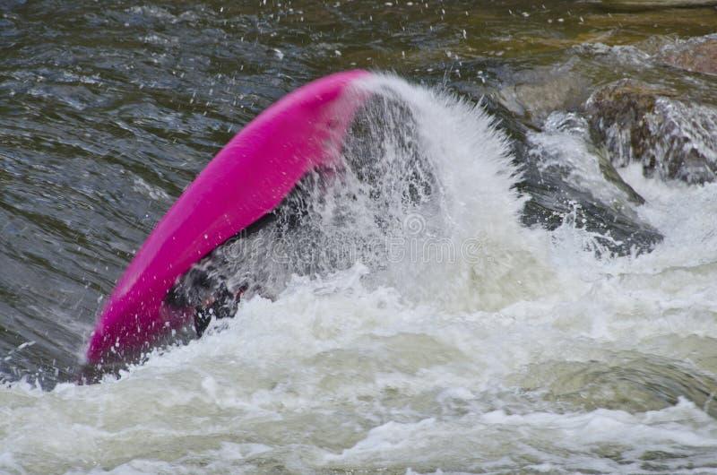 Kayaker het Wegknippen in Snelle Whitewater stock foto's