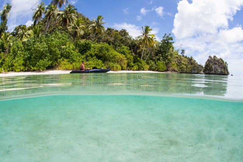 Kayaker i pilota plaża w Raja Ampat obraz stock