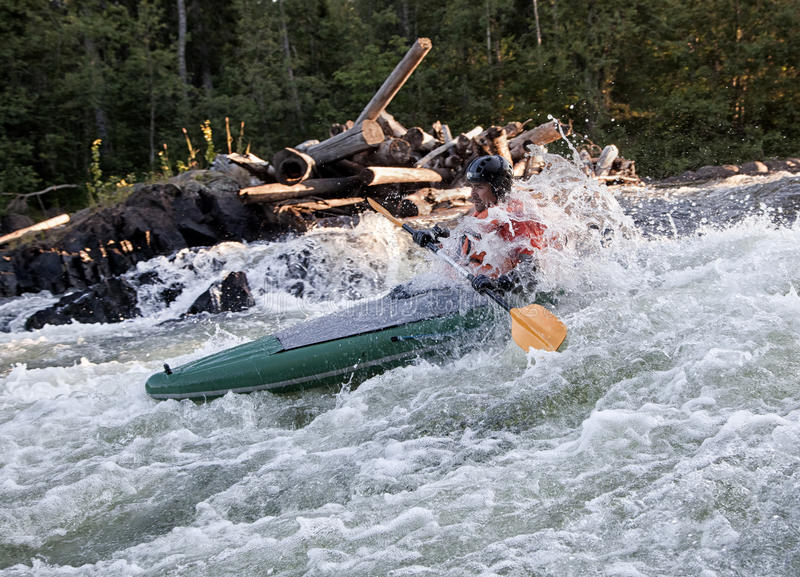 Kayaker i whitewater royaltyfri foto
