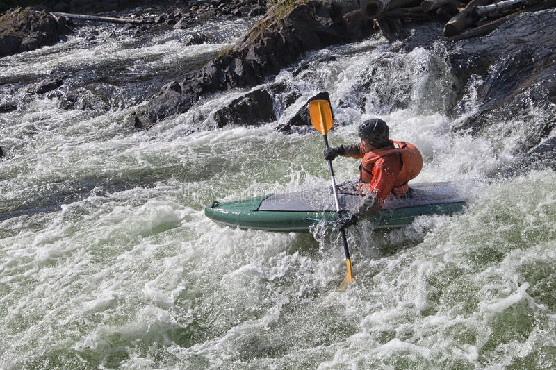 Kayaker i whitewater royaltyfri bild
