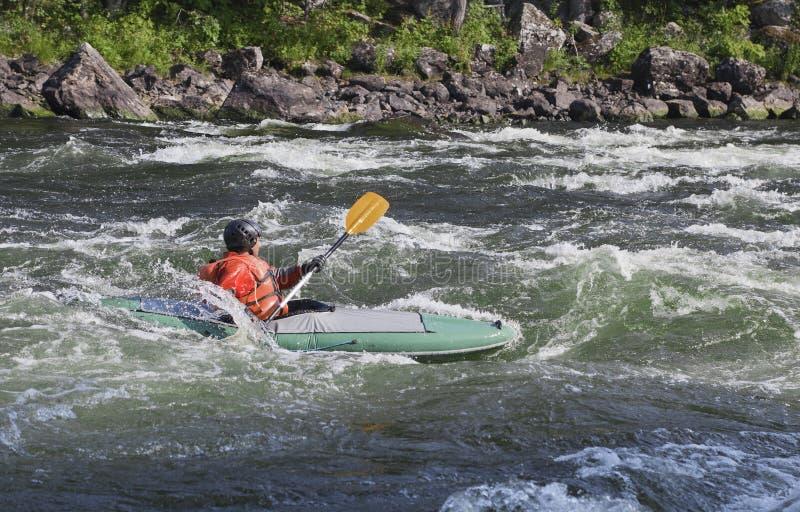 Kayaker i whitewater royaltyfria bilder