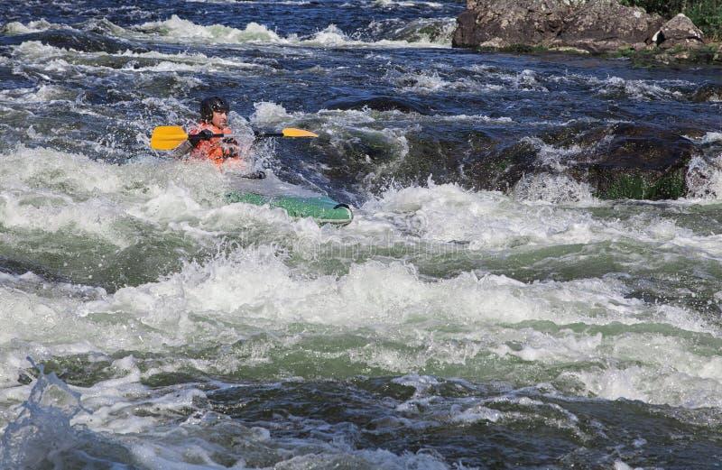 Kayaker i whitewater arkivbilder