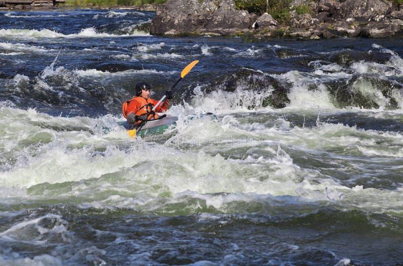 Kayaker i whitewater arkivfoto