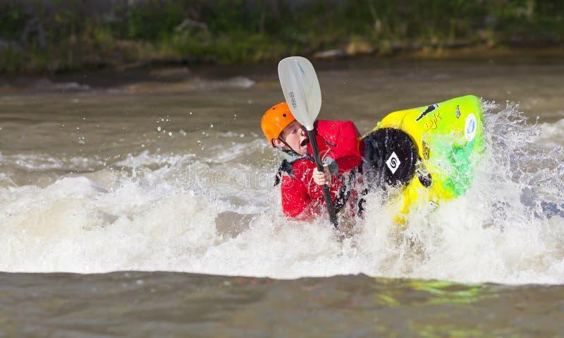 Kayaker joven del estilo libre en el río Truckee imagen de archivo libre de regalías
