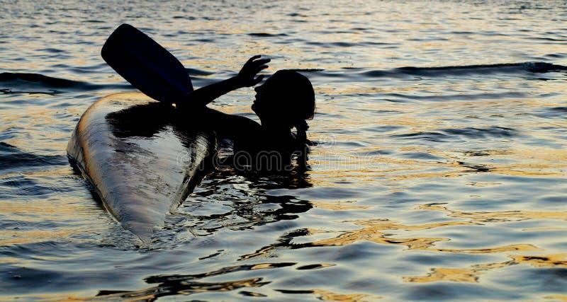 Kayaker nella difficoltà fotografie stock
