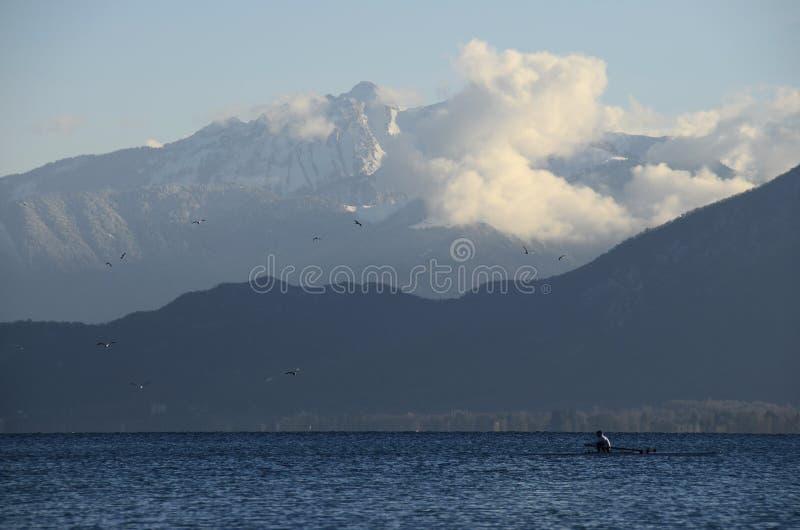 Kayaker no caiaque no lago Annecy imagens de stock royalty free