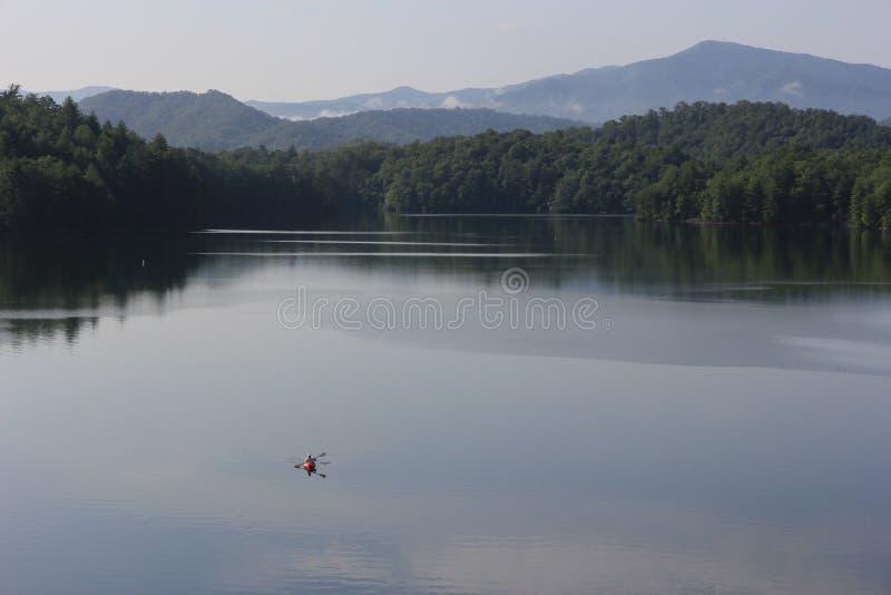 Kayaker no lago Santeetlah, North Carolina fotografia de stock
