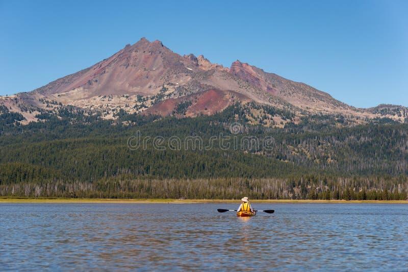 Kayaker på gnista sjön i centrala Oregon arkivfoton