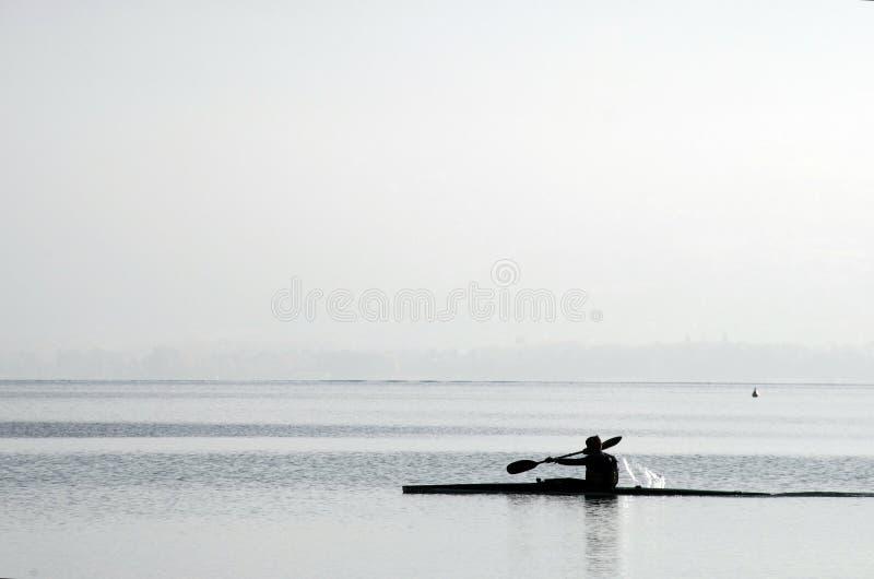 Kayaker på kajaken på Annecy sjön fotografering för bildbyråer