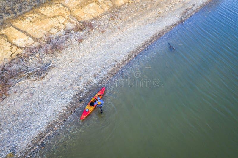 Kayaker på sjökusten, flyg- sikt royaltyfria bilder