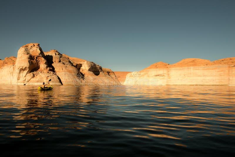 Kayaker que bate las aguas tranquilas del lago Powell Utah imagenes de archivo