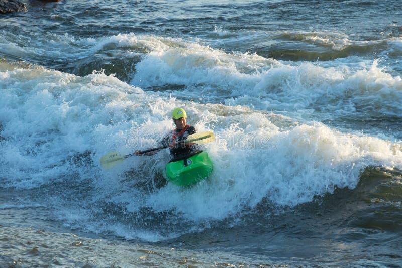 Kayaker que monta la onda de Brennan imagen de archivo