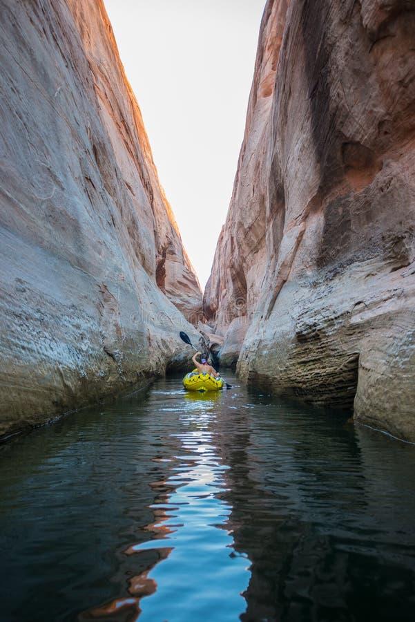 Kayaker que rema as águas calmas do lago Powell Utah fotos de stock royalty free